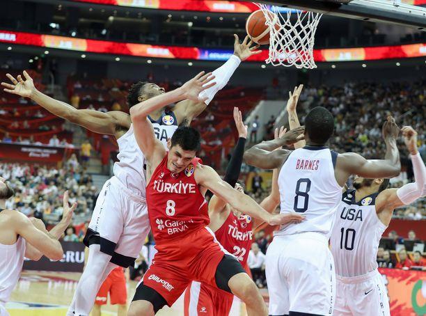 Turkin Ersan Ilyasova ei onnistunut nostamaan joukkuettaan voittoon Yhdysvalloista.