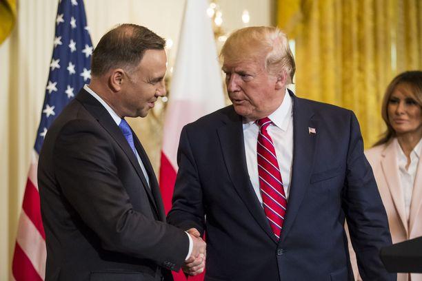 Presisdentit Andrzej Duda ja Donald Trump kättelevät Valkoisessa talossa keskiviikkona.