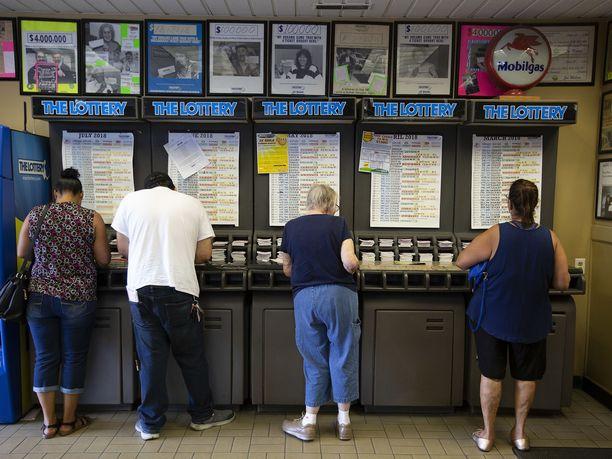 Ihmisiä lottoamassa Massachusettsin Methuenissa heinäkuussa. Mega Millionsin potti on kasvanut heinäkuusta lähtien.
