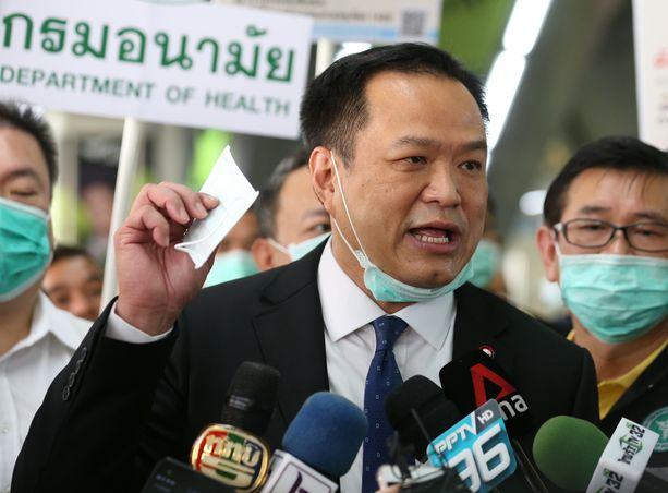 Thaimaan varapääministeri Anutin Charnvirakul jakoi helmikuussa hengityssuojaimia kansalaisille Bangkokissa.