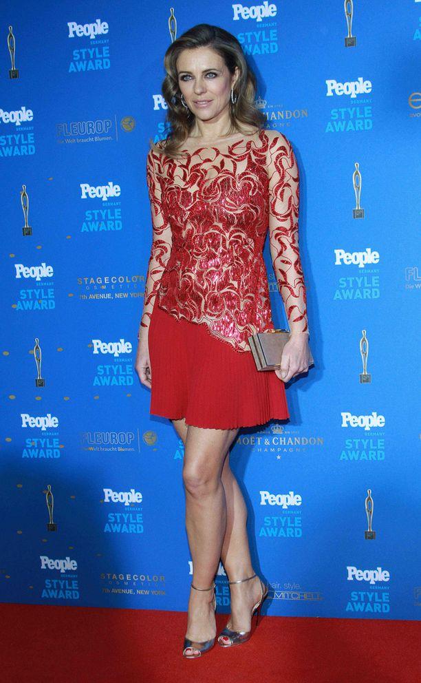 Elizabeth Hurley palkittiin People-lehden gaalassa maaliskuussa.