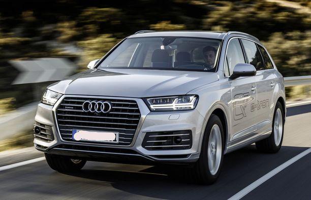 Iso katumaasturi Audi Q7 E-Tron pääsee oikein luvan kanssa kiirehtimään.