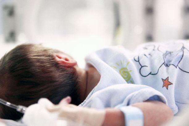 Jehovan todistaja -perheen alaikäinen lapsi voidaan ottaa huostaan, jos vanhemmat eivät anna lupaa hoitoihin. Kuvituskuva.