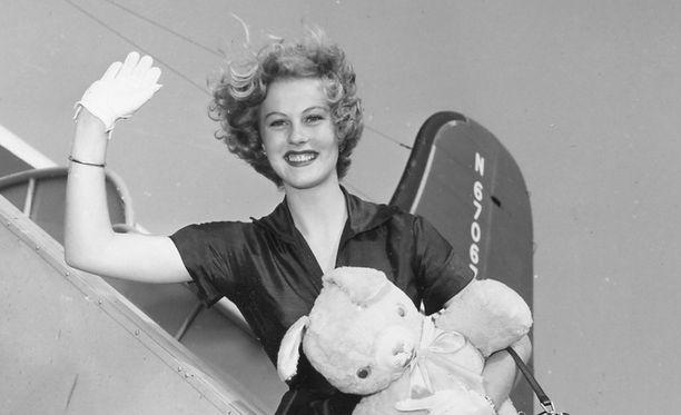 Armi Kuusela vilkutti valokuvaajille lähtiessään Yhdysvalloista kotimatkalle.