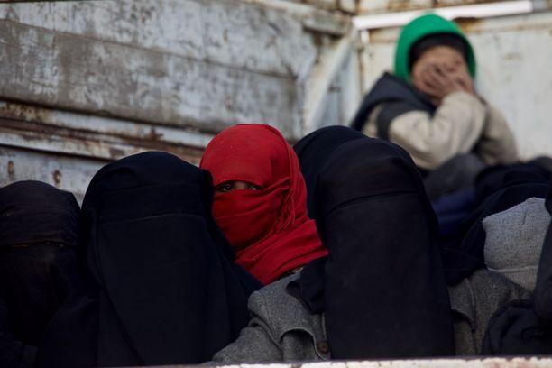 Siviilit pakenivat Baghouzista ja heidät vietiin al-Holin leirille helmikuussa.