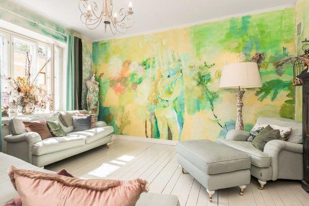 Persoonallinen ja värikäs sisustus raikastuu, kun kodoista löytyy useita ikkunoita.
