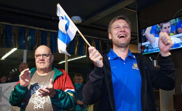 Pekka Hyvärinen (vasemmalla) ja Timo Perälä kannustivat, kun Antti Ruuskanen valmistautui heittoon.