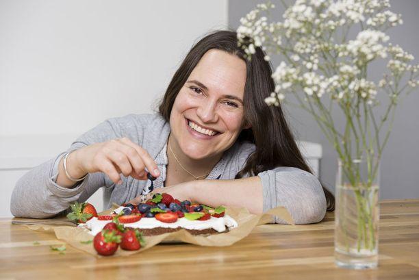 Tiina Strandberg ei käytä leivonnassa valkoista sokeria tai tavallisia, valkoisia vehnäjauhoja. Hyvää tulee muillakin raaka-aineilla, hän tietää.