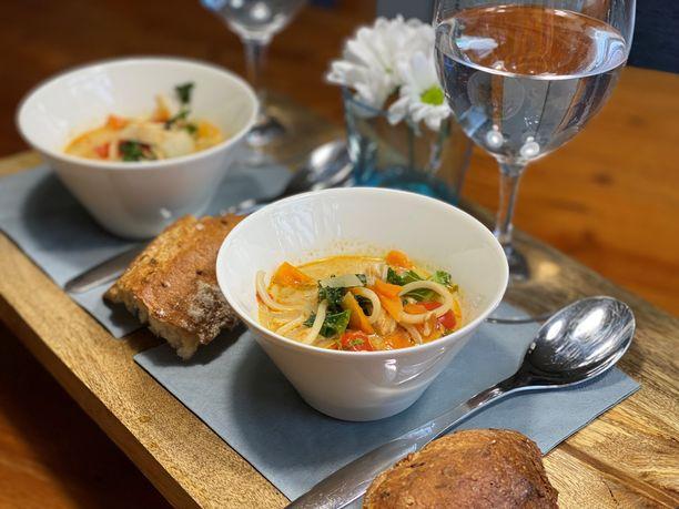 Herkullinen Heki Hapanimelä kanawok-keitto on helppo valmistaa. Se lämmittää mukavasti pimenevässä illassa ja käy myös tarpeen vaatiessa lohturuoasta ystävälle.
