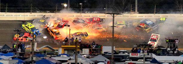 Daytona 500-kilpailussa nähtiin massiivinen joukkokolari.