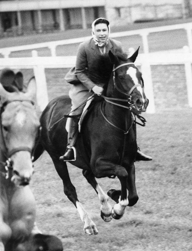 Elisabetin ratsastusasu on ollut aina moitteeton muutoin, mutta kypärää hän ei ole koskaan käyttänyt.