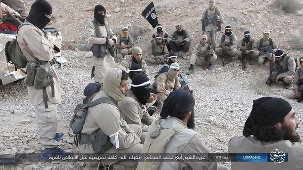 Isisin taistelijoita Syyriassa kaksi viikkoa sitten julkaistulla propagandavideolla. Yhä kalifaatin puolesta aseissa olevat vierastaistelijat ovat todennäköisimmin äärimmäisestä päästä jihadisteja.