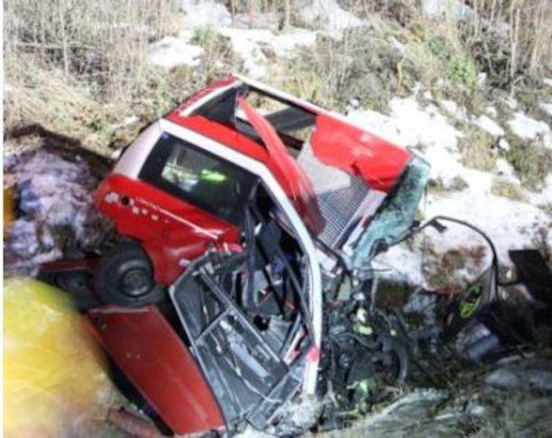 Mopoauton ohjaamo tuhoutui täysin. Sisällä olleilla ei ollut mitään mahdollisuutta selvitä.