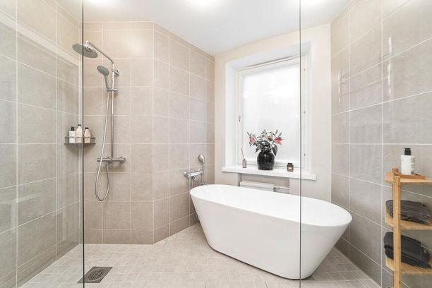 Kokonaan vaaleita kylpyhuoneita on alkanut taas näkyä ja ne tuovat tiloihin harmonista tunnelmaa.