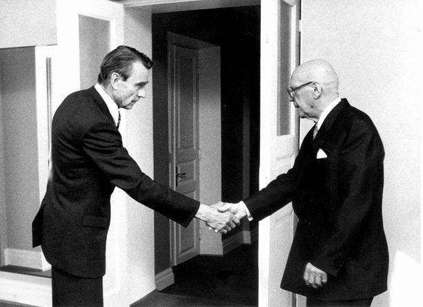 Presidentti Urho Kekkonen kätteli pääministeri Mauno Koiviston viimeisessä Kekkosen viimeiseksi jääneessä presidentin esittelyssä 4.9.1981. Kekkonen jäi sairauslomalle ja Koivisto alkoi hoitaa tämän tehtäviä. Seuraavana vuonna Koivisto valittiin tasavallan presidentiksi.