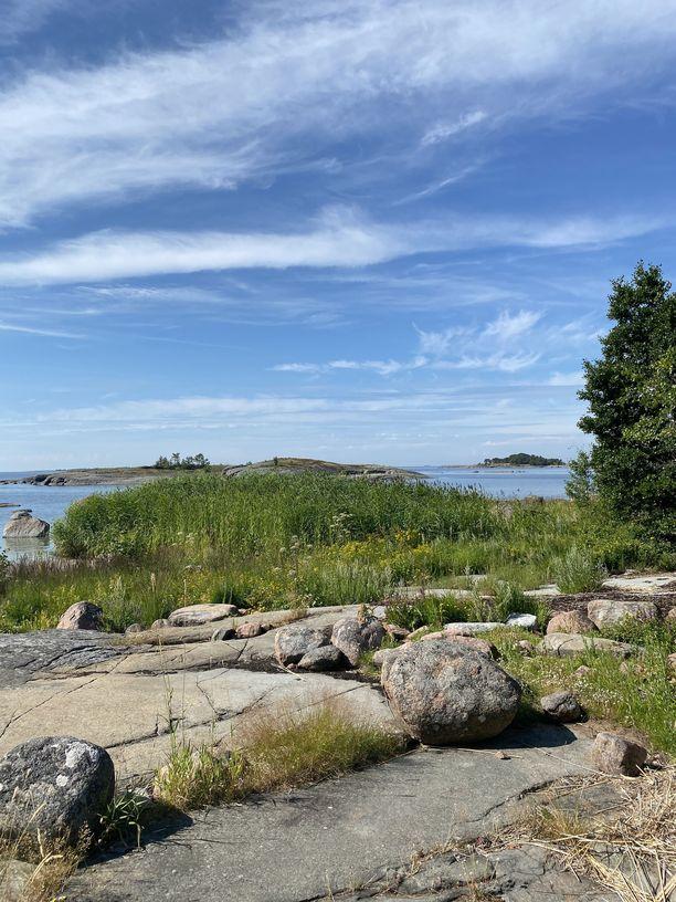 Ulko-Tammio on kooltaan pieni, mutta maisemiltaan monipuolinen saari.
