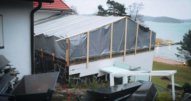 Vuotava kattoterassi on huputettu korjaustöiden ajaksi.