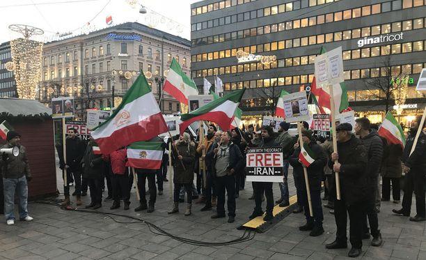 Iranilaisten mielenosoitus Helsingissä Kolmen sepän patsaalla 4. tammikuuta. Mielenosoituksessa kritisoitiin Iranin nykyhallintoa.