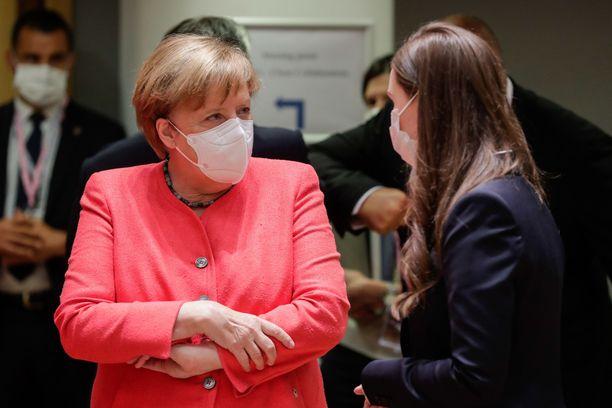 Saksan liittokansleri Angela Merkel ja pääministeri Sanna Marin tapasivat toisensa EU-maiden johtajien kokouksessa Brysselissä maskit kasvoillaan.