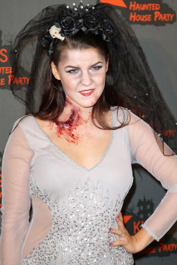 Saara Aalto edusti eilen Lontoossa halloween-maskeerauksessa.