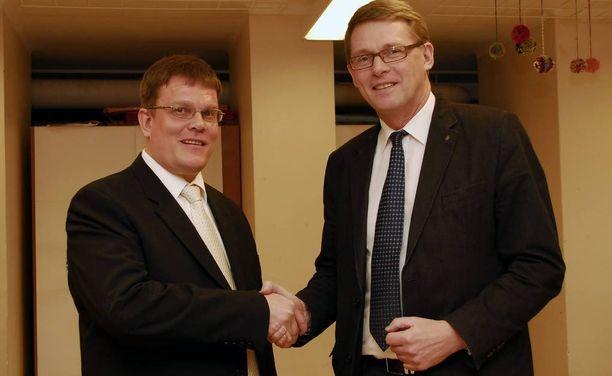 Vuonna 2011 Matti Vanhanen oli Jarmo Korhosen vaalijuhlan päätähtenä Seinäjoella. Enää ei yhteyttä pidetä.
