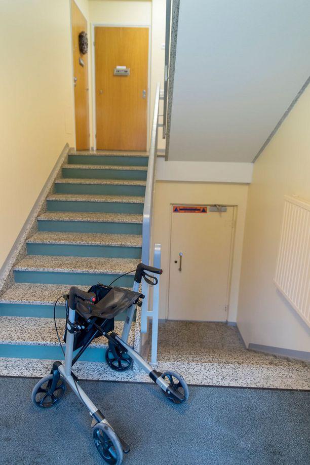 Tästä 91-vuotiaan , huonosti kävelevän Irja Matikaisen pitäisi kavuta rollaattorin kanssa neljänteen kerrokseen.