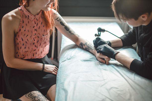 Nuoret yhdysvaltalaiset ovat innostuneet ottamaan matkoillaan tatuointeja. Maailmalta löytyykin jo hostelleja, joissa toimii tatuointistudio.