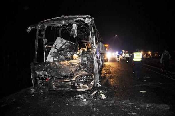 Bussi paloi pahasti Karkkilassa Valtatie 2:n varrella.