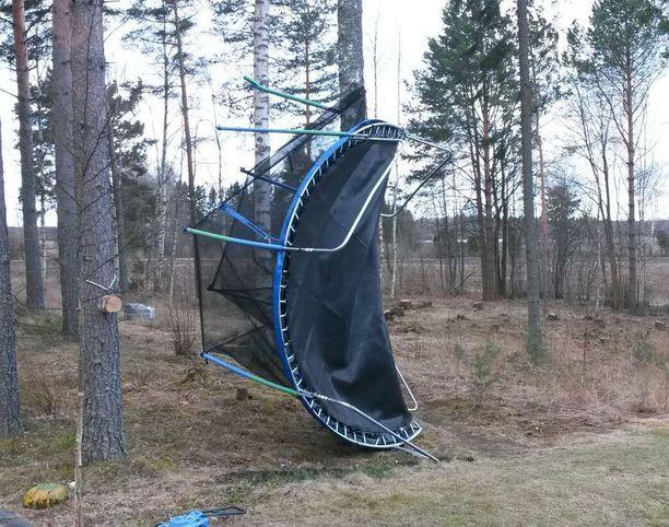 Lasten trampoliini sai siivet Kangasalla.
