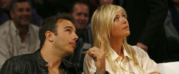 Myös tennistähti Maria Sharapova viihtyi seuralaisensa kanssa Lakersin pelissä.