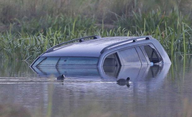 Kolme pientä lasta kuoli, kun äiti ajoi tahallaan järveen Australian Melbournessa.