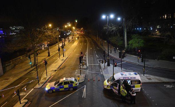 Viranomaisten työt jatkuivat yöhön asti Westminsterin sillalla.
