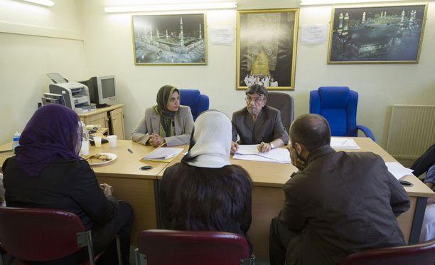 Isossa-Britanniassa aiotaan tutkia sharia-tuomioistuinten toimintaa. Kuvassa sharia-neuvoston kokoontuminen Birminghamissa.