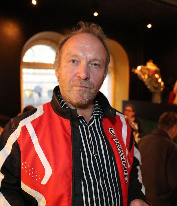 Teuvo Hakkarainen vaati täyskäännöstä maahanmuuttopolitiikkaan.