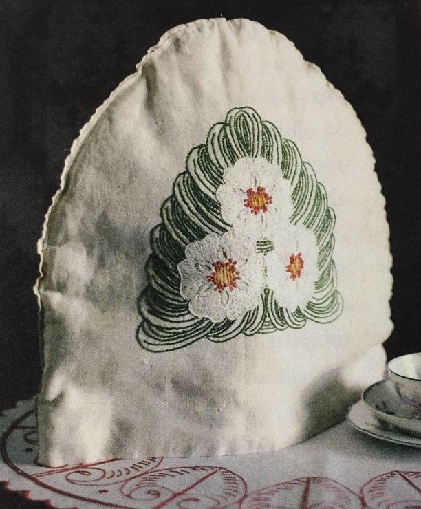Jugend-tyylin innoittama, taidokkaasti pellavalle kirjottu juhlava pannumyssy on tehty Hämeenlinnassa.