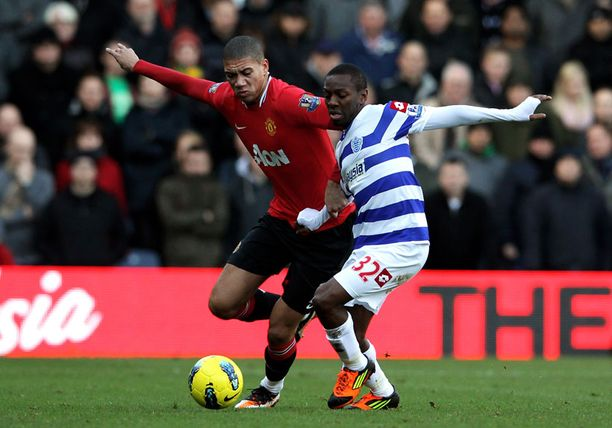 Manchester Unitedin Chris Smalling ja QPR:n Shaun Wright-Phillips pallon kimpussa.