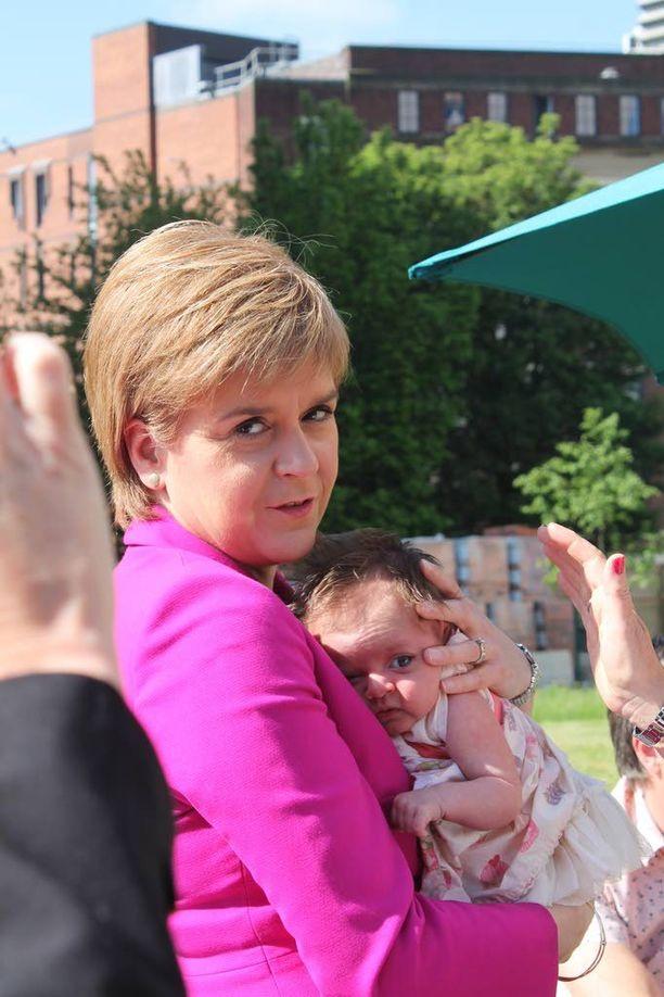 Skotlannin pääministeri Nicola Sturgeon sai medialle ja perheille järjestetyssä tilaisuudessa vastasyntyneen syliinsä.