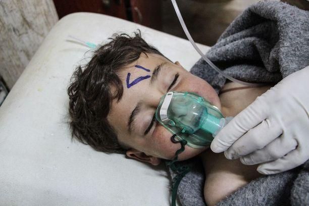 Epäillyn kaasuiskun uhria hoidettiin kenttäsairaalassa Idlibin Saraqibissa tiistaina.