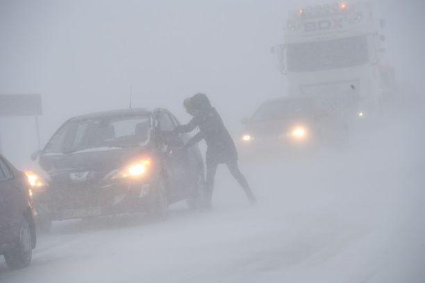 Nainen pyrki autoon suojaan lumimyrskyssä Etelä-Ruotsissa.