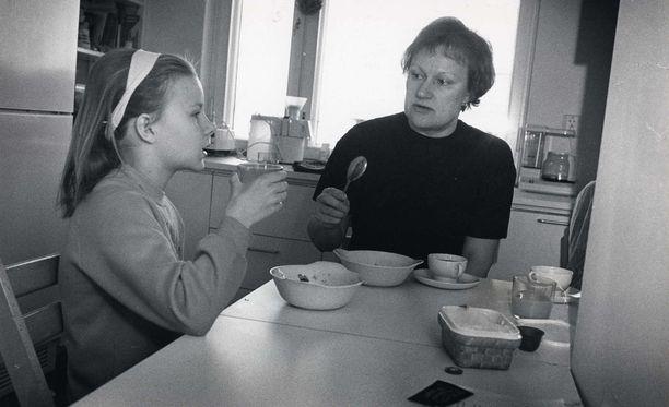 Tarja Halonen ja tytär Anna kuvattuna vuonna 1988.