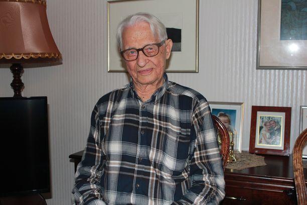 96-vuotias Ilmari Halisen mukaan ilman hymyä ja naurua ei voisi elää.