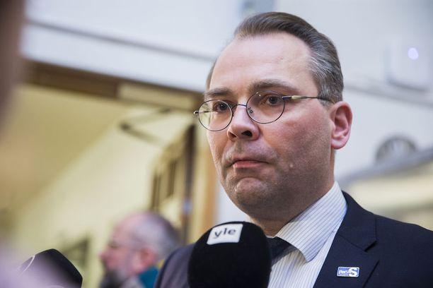 Puolustusministeri Jussi Niinistö toivoo, että valtiolle saataisiin vielä tämän vaalikauden aikana etuosto-oikeus kiinteistöille strategisten ja yhteiskunnalle elintärkeiden kohteiden läheisyydessä.
