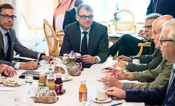 Juha Sipilän (kesk) mukaan muun muassa työajan pidennyksestä tullaan vielä keskustelemaan.