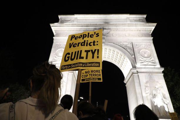 Poliisiväkivallan vastainen mielenosoitus New Yorkissa tiistaina.