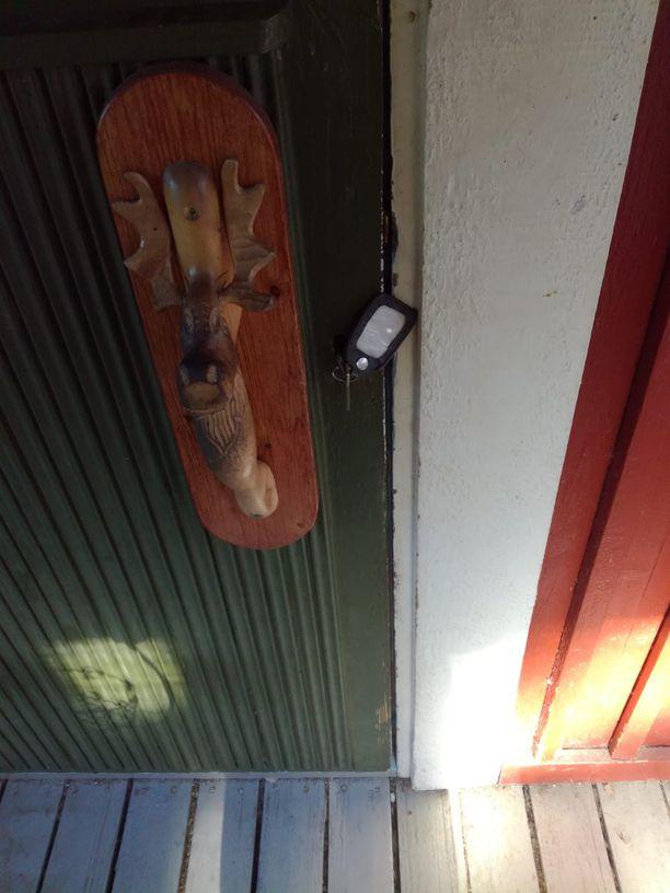 Kun Kari saapui tarkastamaan torppaa, ovella odotti vain avaimet. Vuokralaiset olivat lähteneet.