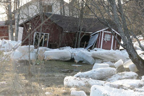 Tulvat tekivät tuhoja rakennuksille Pyhäjoella vuonna 2013.
