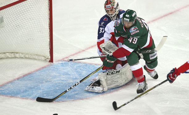 Lars Johansson ei onnistunut ZSKA:n maalilla pysäyttämään Ak Bars Kazania ensimmäisessä finaalissa.