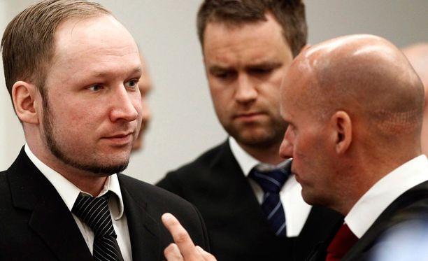 Anders Behring Breivik tänään oikeudessa lakimiestensä Odd Ivar Grönin ja Geir Lippestadin kanssa.