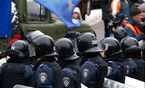 Silminnäkijöiden mukaan kaupungintalon lähistöllä on noin 200 mellakkavarusteista poliisia.