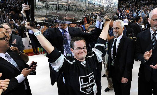 Chris Sutter pääsi nostamaan Stanley Cupia vuonna 2014.